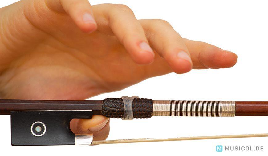 Geige lernen: Position des Daumens für eine korrekte Bogenhaltung
