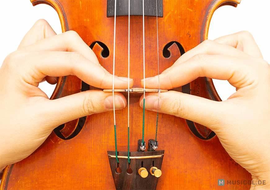 Den Steg einer Geige richtig ausrichten und positionieren