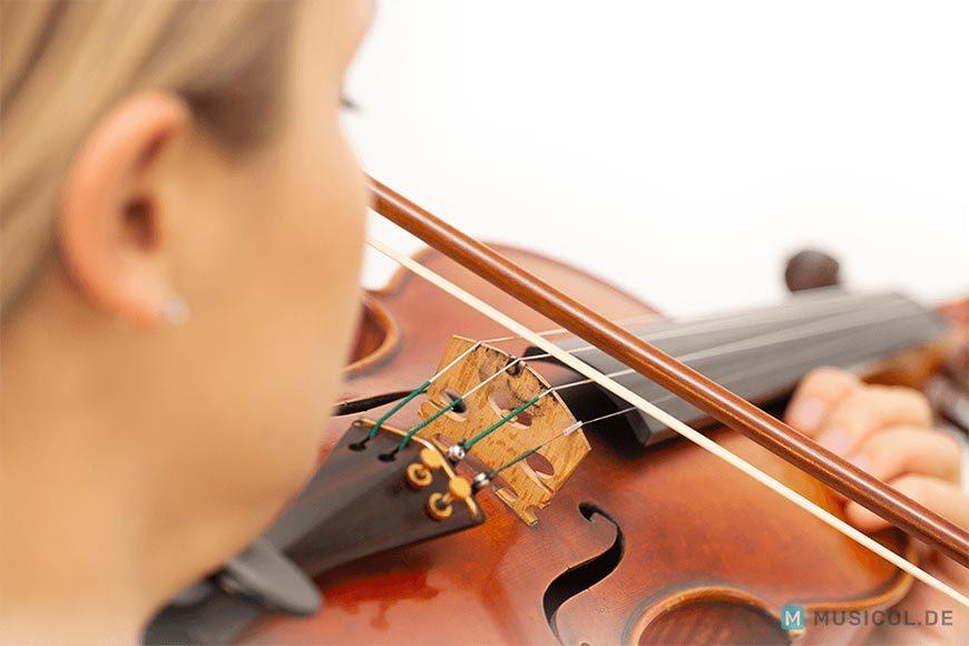 Geige lernen: Zunächst sollte nur auf offenen Saiten gespielt werden